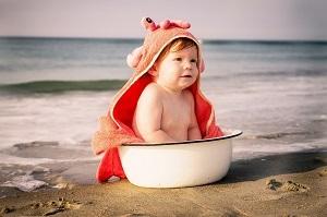 Premières baignades : comment aider bébé à apprivoiser la mer et la piscine ?